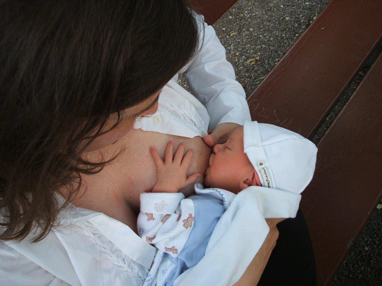 Eine Mutter stillt ihr Baby